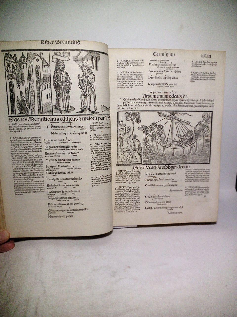 """[h. 1. sin numerar, Portada en 4 líneas] Horatii flacci Venusini. Poete lirici opera cu(m) quibusdam Annotatio(n)ib9[us]. Imaginibuf(s)q3(ue) pulcherrimis. aptisq3(ue) ad Odaru(m) conce(p)tus [et] sente(n)tias / [y en la misma h. 1 sin numerar -recto-, debajo del título, lleva estampado un bonito grabado representando al autor sentado en su escritorio / [en la hoja 2 sin numerar -al recto-, tiene 5 líneas salteadas entre el texto impresas en letras más grandes de estilo algo gótico, diciendo]: [1] Ad Lectores / [2] Iacobi Locher philomuf(s)i poete laureati Epigr(m)ma / [3] Tetraf(s)ticon Philomuf(s)i / [4] Kathedra Muf(s)arum / [sigue en el medio una preciosa xilografía, en la que se ve a Horacio coronado por la musa """"Calliope"""" sentada en un trono central, flanqueado por otras ocho musas] / [5] Loquitur Calliope Horatium coronans / [la hoja 2 sin numerar -al verso-, comienza con 2 líneas seguidas en letra grande tipo gótica] Epif(s)tola ad Marchiomem Carolum / Ad illuf(s)tre(m) princip"""